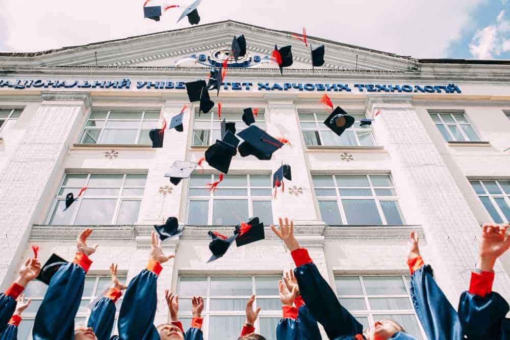 การเรียนมหาวิทยาลัยยังจำเป็นต่อการทำงานอยู่รึเปล่า?